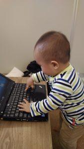 パソコンのキーを押す子供
